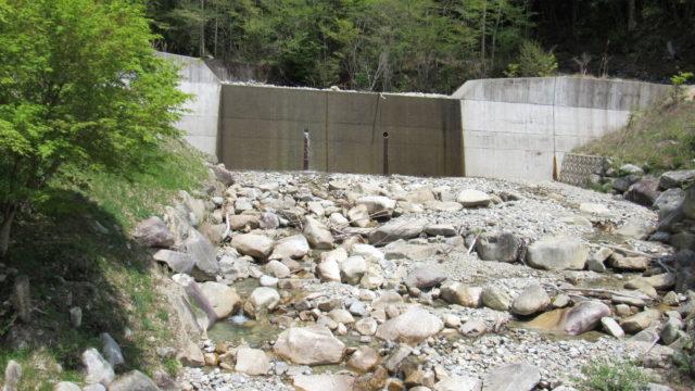 キャンプ場前の川